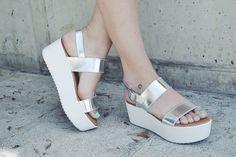 ¿Sabes cuales son los colores de este verano? ¿Sabes qué esmaltes de uñas son los más trendys? ¿Y las sandalias? ¡Te traemos algunos consejos para que luzcas unos pies de diva este verano!