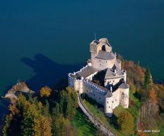 Niedzica Castle - Bing Images--Niedzica Castle also known as Dunajec Castle, is located in the southernmost part of Poland in Niedzica. It was erected between the years 1320 and 1326 by Kokos of Brezovica on the site of an ancient stronghold surrounded by earthen walls in the Pieniny mountains.      .jpg (802×667)