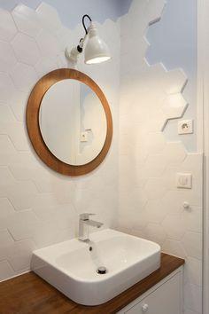 Meuble vasque sur mesure, plan de travail en bois exotique, miroir chiné et lampe IP44.