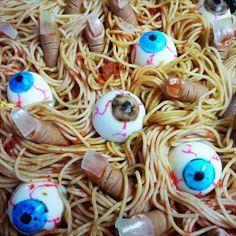 1.Algunas personas se toman en serio aquello de que Halloween debería de ser horripilante en todo el sentido de la palabra, hasta en la comida. Si no, mira estas salchichas pene. ¡Por favor!....