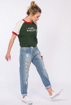 "Camiseta mujer manga corta ranglan.  Color: Verde, crudo, rojo. Logo posicional ""Club Kaotiko"" 50% algodón 50% poliester."