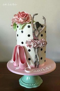Absolutely gorgeous stylization. Love the little details on this cake!
