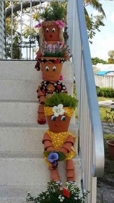 You can decorate your garden with ordinary clay pots,but in an extraordinary way. Check out these great DIY clay pot people that will cheer up your garden! Flower Pot Art, Clay Flower Pots, Flower Pot Crafts, Painted Flower Pots, Painted Pots, Clay Pots, Clay Pot Projects, Clay Pot Crafts, Diy Clay