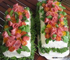 Tänäkin loppukesän sateisena sunnuntaina vietetään perhejuhlia. Nämä kakut menivät jälleen rippujuhliin.   Voileipäkakkujen suosio säilyy v...