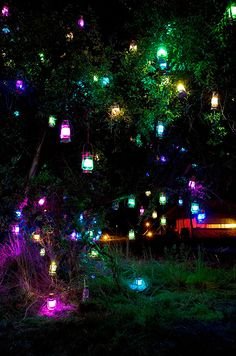 How amazing are these colorful hanging lanterns? Such a fab way to brighten your outdoor venue after dark.