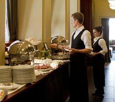 ROYAL RAVINTOLAT – Tiesitkö nämä tarjoilijan työn 10 salaisuutta? 6. Järjestelmällisyys. Ammattitaitoinen tarjoilija pystyy pitämään omat ajatukset ja työkalut järjestyksessä tilanteesta riippumatta. Table Settings, Table Top Decorations, Place Settings, Tablescapes