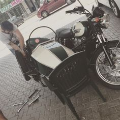 Problemino tecnico #ducaticaferacer #ducatiscrambler #ducatiowner #ducaticlub #caferacer #caferacerroma #caferacerxxx #caferacerporn #caferacerlover #instamoto #instacool #picoftheday #motoscomode #ducati #enfild #guzzi #honda #bsa #yamaha #suzuki #hondacaferacer #like4like #motoguzzi #moto #motorcycle #norton #onlyspecialbikes #rocknracers #rust #rustymotorcycle #scrambler #special #triumph #vintage #veteranbike #caferacerroma #dustywheels  (presso Umbertide City)