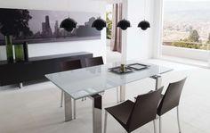 Uno, dos, tres, cuatro! Invita a tantos amigos como quieras. La mesa minimalista con tope de cristal lacado brillante y la estructura de acero, se puede extender sobre uno o ambos lados.