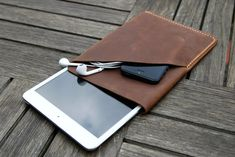 Remember the beautifully hand crafted leather sleeve & card holder for the new iPhone 5 we featured? Now the same Etsy are selling a similar version for the iPad Mini. The handmade leather sleeve is sized appropriately to snugly ca Leather Craft, Leather Bag, Handmade Leather, Leather Fashion, Soft Leather, Leather Wallet, Brown Leather, Capas Kindle, Couture Main