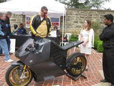 Mission One Основанная в 2007 году компания Mission Motors на выставке TED в феврале 2009 года представила свой первый прототип мотобайка полностью на электрической тяге. Футуристический дизайн Mission One был разработан швейцарским дизайнером Ивом Беаром. Оригинальные конструктивные решения позволили электромотоциклу составить достойную конкуренцию бензиновым собратьям. Однако в отличие от мотоциклов с ДВС, этот супербайк не наносит никакого вреда окружающей среде.  Мотоцикл оснащен…