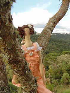 Tilda, uma boneca super delicada! <br> <br>Seu charme encanta em qualquer decoração, além de ser um presente recheado de amor e carinho, feito por Drika de Moura. <br> <br>Entre em contato para consultar disponibilidade dos tecidos e personalizar sua Tilda. <br> <br>Feita com tecido, 100% algodão. <br>Mede 65 cm. <br> <br>Consultar disponibilidade de tecidos. <br>artepositiva@gmail.com