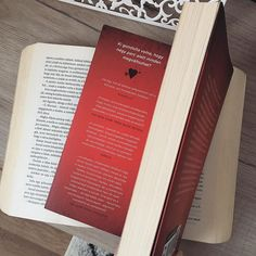 """CHRISTINE ANNE COLMAN az Instagramon: """"~ Mini-könyvajánlók ~ Titeket mennyire befolyásolnak a könyvek(b)en feltüntetett vélemények? Ezek alapján (is) választjátok ki azokat a…"""" Bookstagram, Minion, Magazine Rack, Cover, Instagram, Minions"""