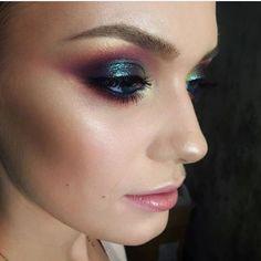 WEBSTA @ fashionistaoverdose - Make arrasoooo ✨ 👉🏼 Inspirada na nova tendência que é abusar de cores reflexos furta-cor que remetem aos cascos dos coloridos besouros, ou remetem também ao efeito causado por manchas de óleo no asfalto. Make arraso para a noite. Esse efeito degradê furta-cor é maravilhoso! 😍 O que acharam meninas?...#makeup #makeupartist #makeuplover #eyeshadow #eyeshadows #maquiagem #maccosmetics #maccosmeticsbrasil #makeupdolls #makeupgeek #makeuplovers #makepoderosa
