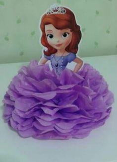 Esse arranjo é com crepom, mas pode ser com papel seda....fica lindo Princess Sofia Birthday, Sofia The First Birthday Party, 3rd Birthday Parties, Baby Party, Princess Party, Tangled Birthday, Girl Birthday Decorations, Troll Party, Party Themes