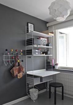 String shelfies for the kids room Desk In Living Room, Home Living, Scandinavian Shelves, String Regal, Kids Bedroom, Bedroom Decor, String Shelf, Muebles Shabby Chic, Small Home Offices
