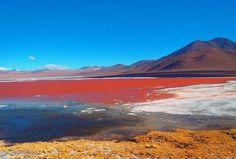 Esse lago avermelhado está localizado na Bolívia, caracterizado por ser bastante salgado. Pequenas ilhas brancas, compostas por sal, podem ser encontradas nas bordas do lago