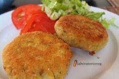 Burger di ceci e zucchine al curry  (per 5-6 burger): 100g di zucchine PortaNatura, 1 cipollotto Portanatura, 1 spicchio d'aglio, 200g di ceci cotti, 5 cucchiai di pangrattato, 1 cucchiaio di olio evo, 2 cucchiai di farina (+ q.b. per impanare oppure farina di mais q.b.), acqua, sale, pepe, curry q.b.