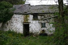 An old farmhouse: a useful place to hide something. Old Buildings, Abandoned Buildings, Abandoned Places, Ancient Buildings, Old Stone Houses, Old Farm Houses, Agricultural Buildings, Pictures Of The Week, Architectural Features