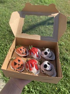 """""""Fall is right around the corner! Pre-order your spooky Strawberries! Spooky Halloween, Chocolat Halloween, Halloween Chocolate, Halloween Snacks, Halloween Season, Halloween Treats, Halloween Decorations, Spooky Spooky, Halloween Baking"""