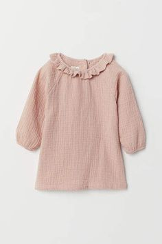 Dress in woven organic cotton fabric. Ruffled collar buttons at back and long raglan sleeves with narrow elastic at cuffs. Newborn Outfits, Kids Outfits, Play Clothing, Teen Clothing, Clothing Stores, Girls Clothes Shops, Pink Kids, Coton Bio, Powder Pink