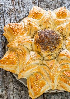 Sunflower Bread - a delicious bread that's shaped to look like a sunflower, sprinkled with poppy seeds and sesame seeds. Gorgeous!