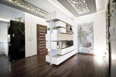 Apartament CegielnianaKraków : Minimalistyczny korytarz, przedpokój i schody od Novi art