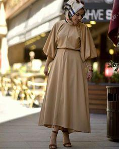 Yepyeni bir yaz esintisi 😍😍😍 🌸krep kumaş 🌸renkler 🌈haki 🌈somon 🌈mürdüm 🌈 saks 🌈bebe mavi 📐ön 125 cm Arka 140 cm 👗 bedenler 38-40-42-44-46 💵129.90 TL /Kargo ücretsiz 5446361490 Modest Fashion Hijab, Hijab Chic, Abaya Fashion, Fashion Dresses, Islamic Fashion, Muslim Fashion, Hijab Dress, Hijab Outfit, Dubai Fashion
