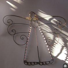 """Ty jsi můj zlatovlasý anděl Velký anděl se zlatými vlasy... ...se srdcem ... křídly zdobenými """"zlatým"""" drátkem. Dozdoben bílými voskovými korálky. Rozměry: výška 30cm šířka přibližně 30cm  Anděl je vyroben z černošedého železného drátu a mosazného drátu. Ve vlhku získává železný drát rezavou patinu. Proti reznutí je ošetřeno olejem.  Údržba: k ..."""