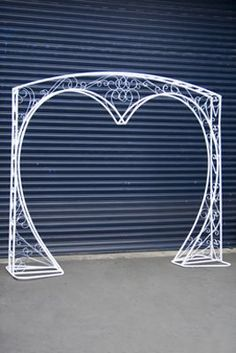 Heart arch - New sites Pvc Backdrop, Paper Flower Backdrop, White Wedding Arch, Chicken Wire Sculpture, Wrought Iron Decor, Wedding Stage Decorations, Iron Furniture, Art Deco Home, Iron Work