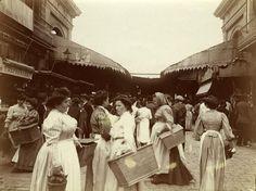 Rambla de Sant Josep. Entrada principal del mercado de la Boqueria, 1907-1908. La cubierta metálica actual se inauguró el 1914.