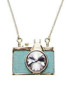 I'm not usually one for wearing photography themed jewelry but this is soooo cute.