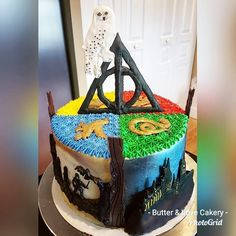 Harry Potter Cake with handmade Ghirardelli chocolate toppers! All Edible Cake! Harry Potter Desserts, Gateau Harry Potter, Cumpleaños Harry Potter, Estilo Harry Potter, Harry Potter Birthday Cake, Chocolate Cake Toppers, Super Cool Cakes, Extreme Cakes, Ghirardelli Chocolate