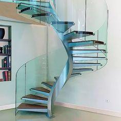 Самонесущие стеклянные перила на забежной лестнице на второй этаж в офисе.