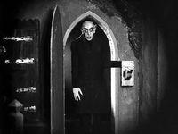 Nosferatu - Murnau utilisation de vignette (le rond noir autour) pour noircir, un peu kitschouile, a voir)