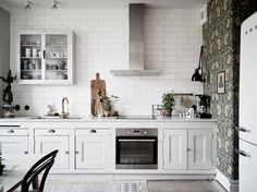 Gravity Home: Bright Scandinavian Apartment with Vintage Kitchen Old Kitchen, Vintage Kitchen, Kitchen Dining, Kitchen Cabinets, Kitchen Ideas, Kitchen White, White Kitchens, Beautiful Kitchens, Cool Kitchens