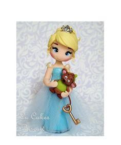 Princesa Cinderela  Feita em biscuit, com aproximadamente 15cm de altura Polymer Clay Figures, Cute Polymer Clay, Polymer Clay Dolls, Fondant Figures, Polymer Clay Projects, Fondant Cakes, Clay Crafts, Play Clay, Elsa