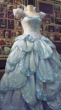 Pretty sure this is the Glinda Ball gown from Wicked. Wicked Costumes, Broadway Costumes, Theatre Costumes, Movie Costumes, Glinda Costume, Amazing Costumes, Fairy Costumes, Wicked Musical, The Witches Of Oz