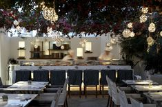 Lámparas esfericas, a distintos niveles. alemagou restaurant mykonos - Buscar con Google