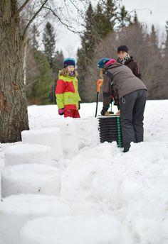 Muotteihin tampataan lunta tiiviisti, jolloin saadaan rakennettua erilaisia elementtejä nopeasti ja tehokkaasti. Oulu (Finland)