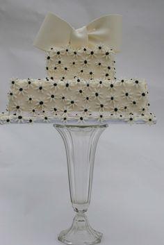 Black and white daisy cake