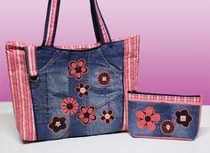 Bolsa Jeans  acompanha carteira  duas alças de ombro  fechamento zíper  dois bolsos internos  forro de tecido 100% algodão  42 cm de largura  32 cm de altura R$ 85,00