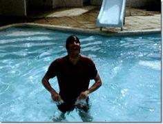 Elvis Presley Home in Hawaii | Elvis Presley in the swimming pool at his holiday home in Hawaii ...