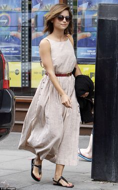 Doctor Who star Jenna Coleman shows off her tan lines in sexy low-back dress Skirt Outfits, Sexy Outfits, Doctor Who, Eleventh Doctor, Jenna Coleman Style, Jenna Coleman Hair Short, Mode Pop, Gamine Style, Low Back Dresses