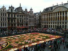 BELGUIM Brussel grote markt met bloementapijten , HET HUIS VAN DE HERTOGEN VAN BRABANT De Naam verwijst naar de 19 borstbeelden van de Hertogen van Brabant die de sokkel van de pilasters van de eerste verdieping sieren. Het zijn zes huizen opgetrokken in 1698