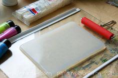 DIY: Make your own Gelli Plate  (Photo via Papieren Avonturen(http://papierenavonturen.blogspot.nl/2013/01/op-mn-werktafel-20-on-my-worktable-20.html)