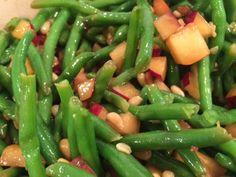 1 pose frosne bønner, balanceret 3-4 Modne blommer, i tern 1 pose ristede pinjekerner Marinade/dressing: 3-4 spsk. Balsamico eddike 1 spsk. Honning 1/2 dl. Oliven olie Salt og peber Pisk dressingen sammen og hæld den over salaten, vent med at komme pinjekernerne i til salaten skal serveres. Lad den trække i ca. 30 minutter inden…