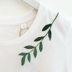 62 Ideas for embroidery leaf needlework Embroidery Leaf, Couture Embroidery, Hand Embroidery Stitches, Embroidery Fashion, Embroidery Patterns, Machine Embroidery, Knitting Stitches, Beginner Embroidery, Cross Stitches