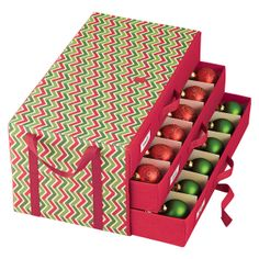 Trim the tree with efficiency thanks to this well-designed chest. It has space for storing up to 54 ornaments.