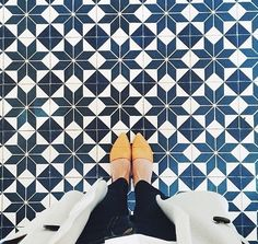 Happy Thursday, the week is almost through! Here are three summer trends that have me swooning, and can carry you into fall when the weathe. Floor Patterns, Tile Patterns, Floor Design, Tile Design, Floor Rugs, Tile Floor, Colorful Apartment, Mosaic Tiles, Tiling