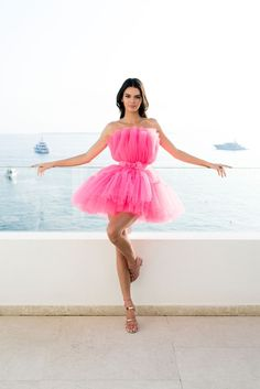 Kendall Jenner Debuts HM x Giambattista Valli Collab at Cannes The supermodel was just spotted looking amazing in a hot pink tulle gown. Kendall Jenner Outfits, Kendall And Kylie, Kendall Jenner Modeling, Kylie Jenner, Cannes, Textiles Y Moda, Pink Gowns, Pink Dresses, Bandage Dresses